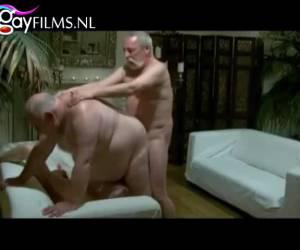 Oudere mannen pijpen en neuken anal in deze trio sex
