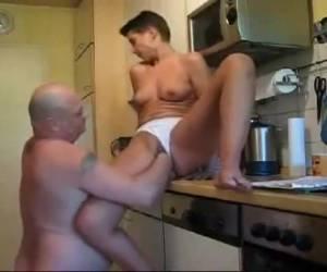 Haar kutje vuistneuken in de keuken