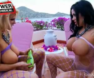 Dikke tieten lesbo sletten mastuberen op vakantie