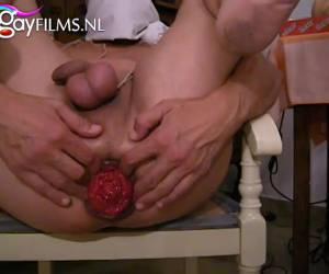 Een touw om zijn lul en ballen en anal mastuberen met een dildo