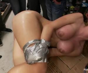 Deze geile huisvrouw vuist neukt haar anus