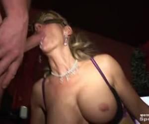 Het geil druipt uit haar lesbische kut tijdens het vuistneuken