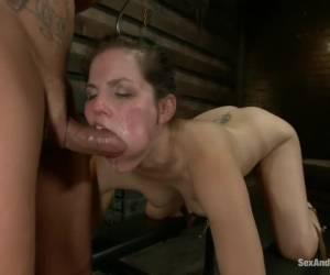 Uit haar natte kut in haar geile mond
