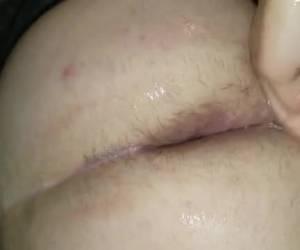 Een vuist in zijn dikke sissy ass