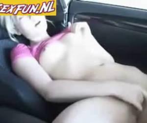 Lekker tiener meisje vingert in auto