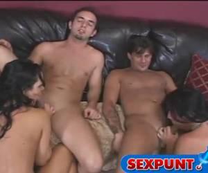 De geile sletten voeren eerst een lesbische show op voor hun mannen om daarna elkaars man te pijpen.