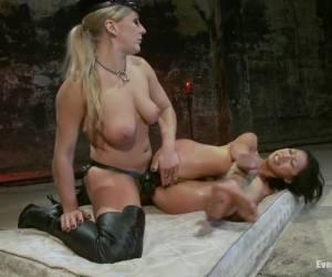 Thais hoertje in haar kut en anus geneukt