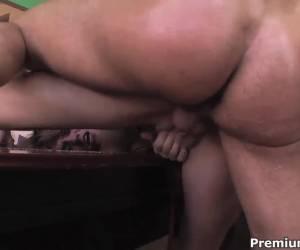 Geile milf in een trio sex met twee jonge mannen
