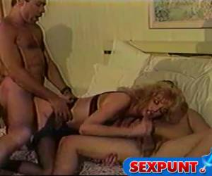 Rijpe slet doet trio in retro porno film
