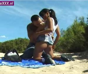 De grote man laat het kleine Thaise meisje pijpen