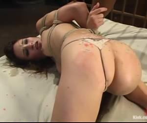 Tijdens het neuken krijgt ze meerdere keren een orgasme