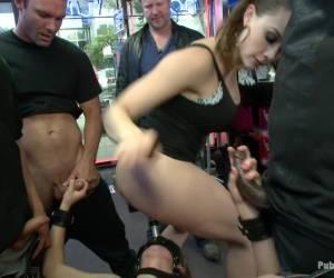 Blonde meid word geil van het masturberen in het openbaar