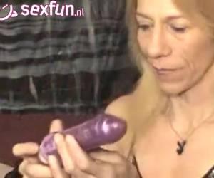Zonder kokhalzen duwt de milf de vibrator diep in haar keel