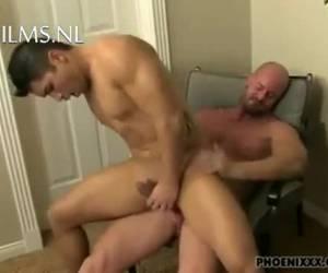 Getinte jonge gay wordt gechanteerd door zijn baas