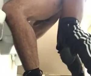 Sexy homo stel neukt tegen de muur omhoog