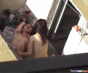 Neukend jong stel betrapt op balkon