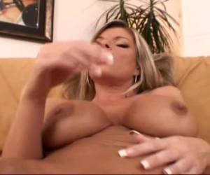 Deze geile milf geeft een striptease en vingert tot ze een orgasme krijgt