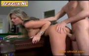 Blonde sloerie in haar kontje neuken