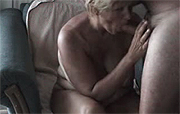 Moeder pijpt haar buurman